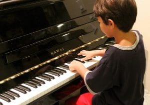 criança ao piano