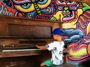 menino no piano colorido