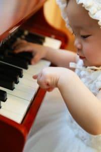 bebe ao piano